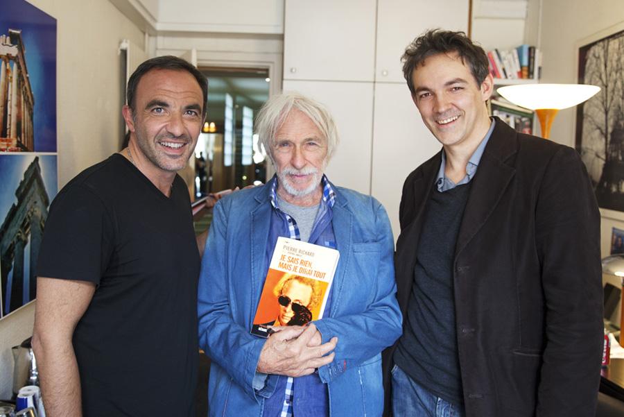 """Nikos Aliagas, Pierre Richard et Jérémie Imbert le 7 mai 2015 avant l'enregistrement de """"Sortez du cadre"""" sur Europe 1"""